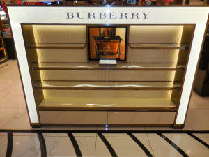 construccion-de-mobiliario-comercial-luxury-design-burberry-oct-2017-1